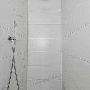 Foto di una piccola stanza da bagno padronale classica con doccia a filo pavimento, WC sospeso, piastrelle bianche, piastrelle in ceramica, pareti bianche, pavimento in mattoni, lavabo sospeso e pavimento blu