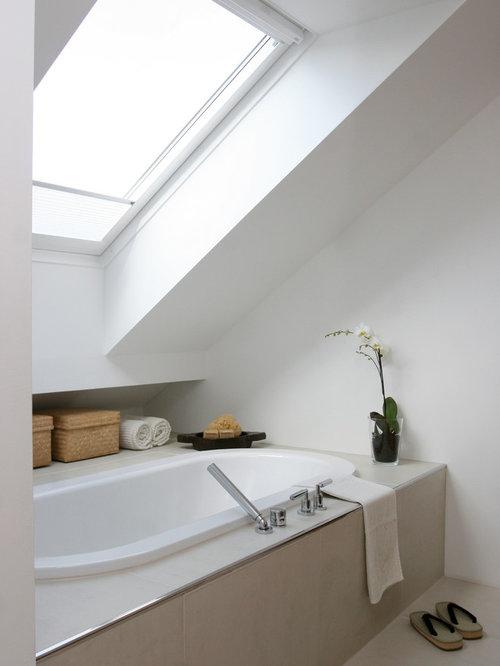 Kleines Modernes Badezimmer En Suite Mit Einbaubadewanne, Weißer Wandfarbe,  Beigefarbenen Fliesen Und Keramikfliesen In