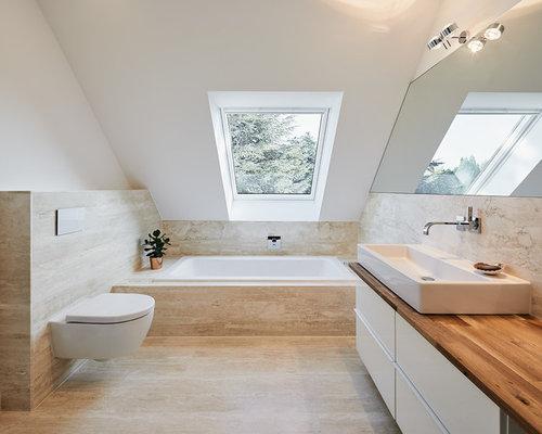 Kleines Modernes Badezimmer Mit Flächenbündigen Schrankfronten, Weißen  Schränken, Einbaubadewanne, Wandtoilette, Weißer Wandfarbe