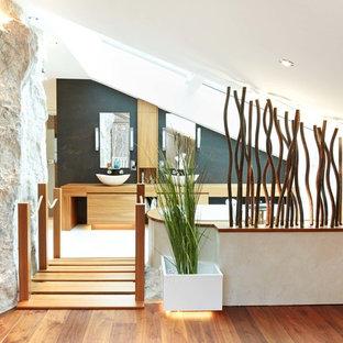 Idee per una grande sauna minimal con ante lisce, ante in legno scuro, vasca da incasso, piastrelle nere, piastrelle in ceramica, pareti bianche, pavimento con piastrelle in ceramica, lavabo a bacinella e top in superficie solida
