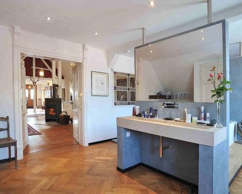 Mittelgroßes Mediterranes Badezimmer Mit Badewanne In Nische, Weißer  Wandfarbe, Braunem Holzboden Und Aufsatzwaschbecken In