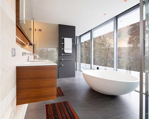 badezimmer mit hellbraunen holzschr nken und steinplatten. Black Bedroom Furniture Sets. Home Design Ideas