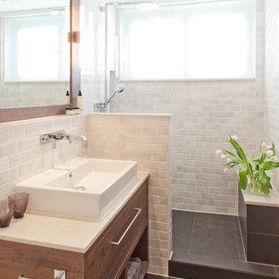 Idéer för ett litet modernt badrum med dusch, med en dusch i en alkov, vit kakel, tunnelbanekakel, skiffergolv, ett fristående handfat, släta luckor och skåp i mellenmörkt trä
