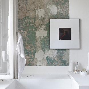 Imagen de cuarto de baño con ducha, nórdico, pequeño, con armarios abiertos, bañera encastrada, combinación de ducha y bañera, sanitario de pared, baldosas y/o azulejos blancos, baldosas y/o azulejos de piedra caliza, paredes blancas, suelo de madera en tonos medios, lavabo sobreencimera, encimera de madera, ducha con cortina, suelo gris y encimeras blancas