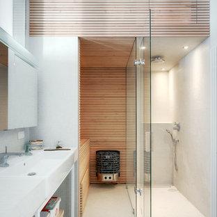 Aménagement d'une salle de bain contemporaine de taille moyenne avec un placard sans porte, un carrelage blanc, carrelage en mosaïque, un mur blanc, un sol en carrelage de terre cuite et une grande vasque.