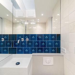 Modernes Badezimmer mit blauen Fliesen, Keramikfliesen und beiger Wandfarbe in Berlin