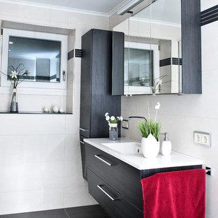 Mittelgroßes Modernes Badezimmer Mit Flächenbündigen Schrankfronten,  Schwarzen Schränken, Schwarzen Fliesen, Weißen Fliesen,