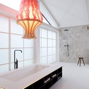 Modelo de cuarto de baño principal, asiático, grande, con armarios abiertos, puertas de armario de madera en tonos medios, bañera japonesa, ducha abierta, baldosas y/o azulejos marrones, baldosas y/o azulejos en mosaico, paredes blancas, suelo de mármol, suelo blanco y ducha abierta