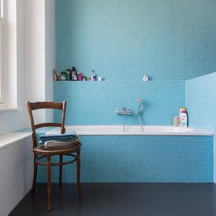 Foto di una grande stanza da bagno industriale con vasca da incasso, doccia alcova, piastrelle blu, piastrelle a mosaico e pareti bianche