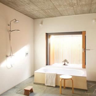 Ispirazione per una stanza da bagno con doccia etnica di medie dimensioni con vasca freestanding, doccia aperta, pareti bianche, pavimento grigio e doccia aperta