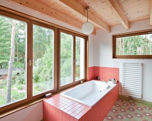 Mittelgroßes Nordisches Badezimmer Mit Einbaubadewanne, Roten Fliesen,  Keramikfliesen Und Weißer Wandfarbe In Berlin