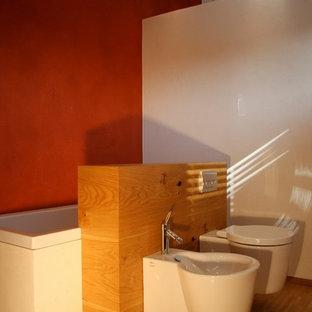 Ispirazione per una stanza da bagno con doccia etnica di medie dimensioni con ante a filo, ante beige, WC sospeso, pareti rosse, parquet chiaro, lavabo a bacinella, top in legno, pavimento beige, vasca da incasso, piastrelle bianche e piastrelle in ceramica