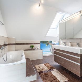 Mittelgroßes Modernes Badezimmer En Suite Mit Flächenbündigen  Schrankfronten, Dunklen Holzschränken, Einbaubadewanne, Beigefarbenen  Fliesen