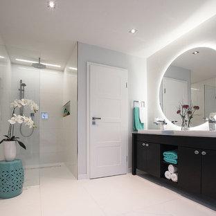 Mittelgroßes Modernes Duschbad mit flächenbündigen Schrankfronten, dunklen Holzschränken, bodengleicher Dusche, Aufsatzwaschbecken, Waschtisch aus Holz, weißer Wandfarbe und offener Dusche in Sonstige