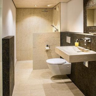 Kleines Modernes Duschbad mit bodengleicher Dusche, Wandtoilette mit Spülkasten, beigefarbenen Fliesen, Kalkfliesen, grüner Wandfarbe, Kalkstein, Wandwaschbecken, Kalkstein-Waschbecken/Waschtisch, beigem Boden und offener Dusche in Sonstige