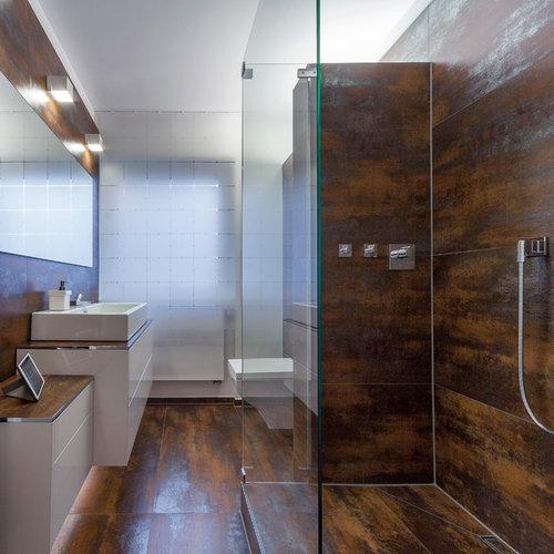 Kleines Modernes Duschbad Mit Aufsatzwaschbecken, Flächenbündigen  Schrankfronten, Weißen Schränken, Braunen Fliesen, Weißer