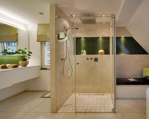Großes Modernes Badezimmer Mit Flächenbündigen Schrankfronten, Weißen  Schränken, Bodengleicher Dusche, Beigefarbenen Fliesen Und
