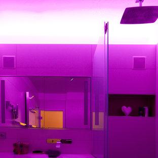 Immagine di una stanza da bagno padronale minimal di medie dimensioni con ante lisce, ante verdi, vasca da incasso, WC a due pezzi, piastrelle bianche, piastrelle in ceramica, pareti bianche, pavimento con piastrelle in ceramica, lavabo da incasso, pavimento grigio e doccia aperta