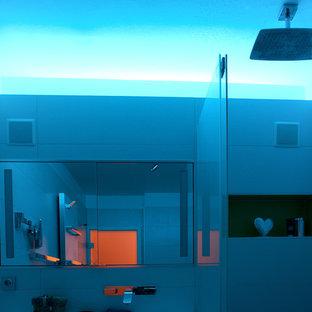 Foto di una stanza da bagno padronale minimal di medie dimensioni con ante lisce, ante verdi, vasca da incasso, WC a due pezzi, piastrelle bianche, piastrelle in ceramica, pareti bianche, pavimento con piastrelle in ceramica, lavabo da incasso, pavimento grigio e doccia aperta