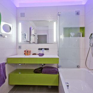 Ispirazione per una stanza da bagno padronale minimal di medie dimensioni con ante lisce, ante verdi, piastrelle bianche, piastrelle in ceramica, lavabo da incasso, doccia aperta, vasca da incasso, WC a due pezzi, pareti bianche, pavimento con piastrelle in ceramica e pavimento grigio
