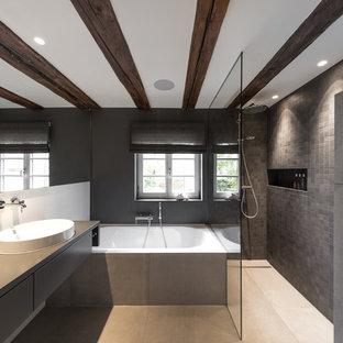 Modernes Badezimmer En Suite mit flächenbündigen Schrankfronten, grauen Schränken, Badewanne in Nische, Duschnische, grauer Wandfarbe, offener Dusche, grauen Fliesen, Aufsatzwaschbecken, Waschtisch aus Holz, grauem Boden und grauer Waschtischplatte in Stuttgart