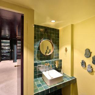 Idee per una piccola stanza da bagno design con pareti gialle e top turchese