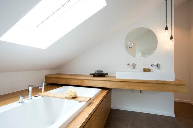 Schräges Planschen: Wohnliches Bad unterm Dach nutzt jeden Winkel