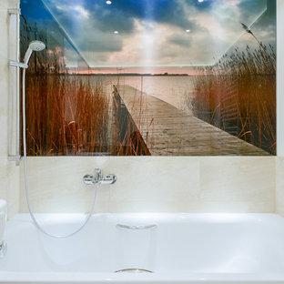 Kleines Modernes Badezimmer Mit Einbaubadewanne, Bunten Wänden,  Duschbadewanne, Beigefarbenen Fliesen Und Steinfliesen In