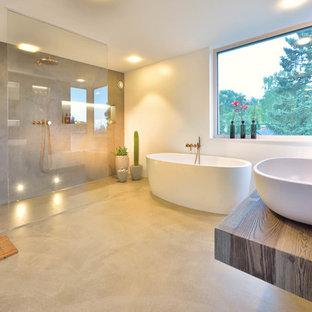 Großes Modernes Duschbad Mit Freistehender Badewanne, Offener Dusche,  Weißer Wandfarbe, Betonboden, Aufsatzwaschbecken