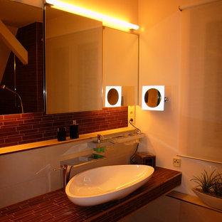 Idee per una stanza da bagno minimal con ante di vetro, piastrelle marroni, piastrelle a mosaico, pareti bianche, pavimento con piastrelle in ceramica, lavabo a bacinella, top in superficie solida e pavimento beige