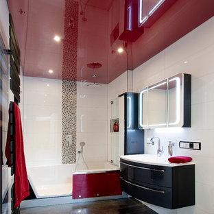 Mittelgroßes Modernes Duschbad mit flächenbündigen Schrankfronten, schwarzen Schränken, Einbaubadewanne, Duschbadewanne, Wandtoilette, weißen Fliesen, Keramikfliesen, integriertem Waschbecken, schwarzem Boden und offener Dusche in Nürnberg