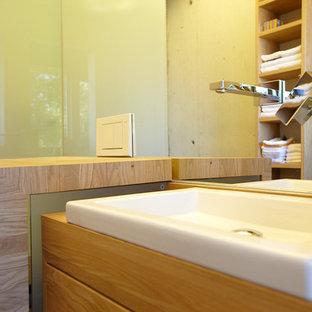Esempio di una stanza da bagno padronale tradizionale di medie dimensioni con ante lisce, ante in legno chiaro, doccia a filo pavimento, piastrelle a specchio, pareti beige, pavimento con piastrelle in ceramica, lavabo a bacinella, top in legno, pavimento nero e doccia aperta
