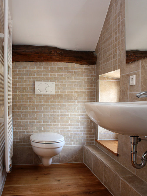 Badezimmer mit braunem holzboden und steinfliesen ideen for Badezimmer ideen mit holzboden