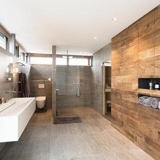 Großes Modernes Duschbad mit bodengleicher Dusche, Wandtoilette, grauer Wandfarbe, Trogwaschbecken, grauem Boden und offener Dusche in München