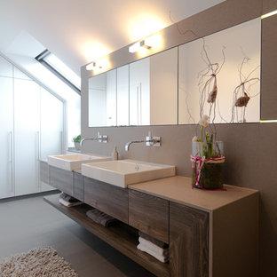 Immagine di una grande stanza da bagno padronale design con ante lisce, ante in legno bruno, pareti grigie, pavimento in ardesia e lavabo a bacinella