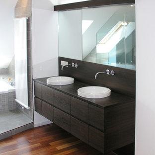 Mittelgroßes Modernes Badezimmer Mit Flächenbündigen Schrankfronten,  Dunklen Holzschränken, Weißer Wandfarbe, Braunem Holzboden,