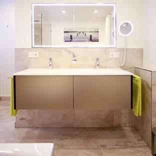 Idee per una stanza da bagno design di medie dimensioni con ante lisce, ante beige, piastrelle beige, pareti bianche, pavimento in pietra calcarea, vasca sottopiano, doccia a filo pavimento, WC sospeso, piastrelle di marmo, pavimento beige e doccia aperta