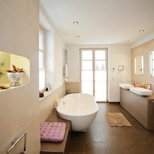 Großes Modernes Duschbad Mit Flächenbündigen Schrankfronten, Beigefarbenen  Fliesen, Braunen Fliesen, Weißer Wandfarbe,