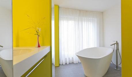 Ein 6qm kleines Bad in Gelb gelangt mit vielen Spiegeln zu Größe