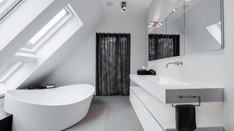 Badewanne und große Waschtischanlage