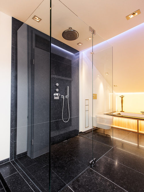 Badezimmer mit badewanne in nische und schwarzen fliesen for Badezimmer design hannover