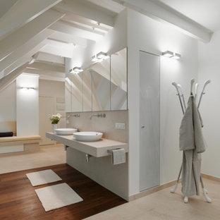 Großes Modernes Badezimmer mit weißer Wandfarbe, Aufsatzwaschbecken, Marmor-Waschbecken/Waschtisch, braunem Boden und beiger Waschtischplatte in Düsseldorf