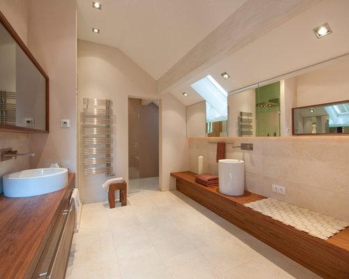 Großes Modernes Badezimmer Mit Flächenbündigen Schrankfronten, Hellbraunen  Holzschränken, Beigefarbenen Fliesen, Beiger Wandfarbe,