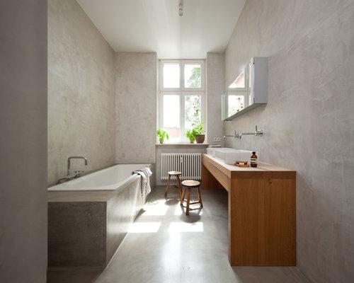 badezimmer mit waschtisch aus holz und betonboden design ideen beispiele f r die. Black Bedroom Furniture Sets. Home Design Ideas