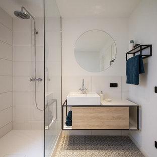 Mittelgroßes Skandinavisches Duschbad mit flächenbündigen Schrankfronten, beigen Schränken, Nasszelle, weißen Fliesen, weißer Wandfarbe, Keramikboden, Aufsatzwaschbecken, beigem Boden, offener Dusche und weißer Waschtischplatte in München
