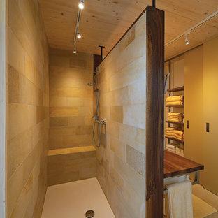 Immagine di una stanza da bagno padronale nordica di medie dimensioni con ante verdi, doccia a filo pavimento, piastrelle multicolore, lastra di pietra, pavimento in marmo, lavabo a bacinella e top in legno
