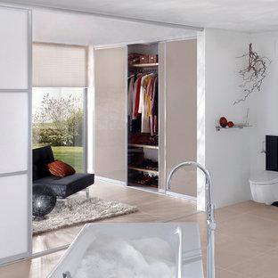 Modelo de cuarto de baño con ducha, escandinavo, con armarios tipo vitrina, puertas de armario verdes y suelo de madera clara