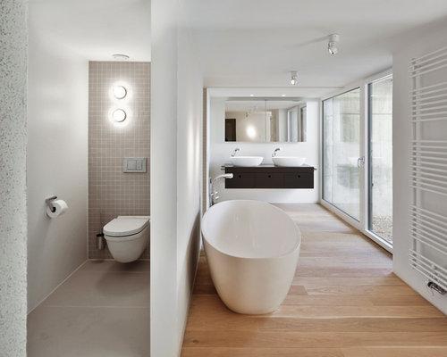 Badezimmer mit braunem Holzboden Ideen & Beispiele für die ...