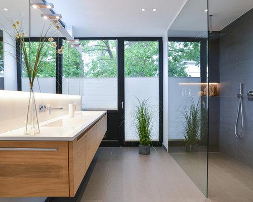 Mittelgroßes Modernes Duschbad Mit Flächenbündigen Schrankfronten,  Hellbraunen Holzschränken, Nasszelle, Grauen Fliesen, Zementfliesen