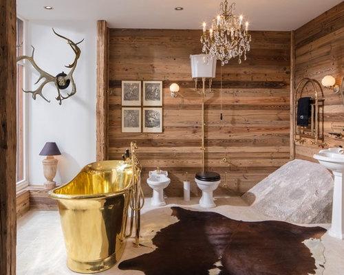 Beispiel Für Mittelgroße Rustikale Duschbäder Mit Freistehender Badewanne,  Kalkstein, Beigem Boden, Brauner Wandfarbe